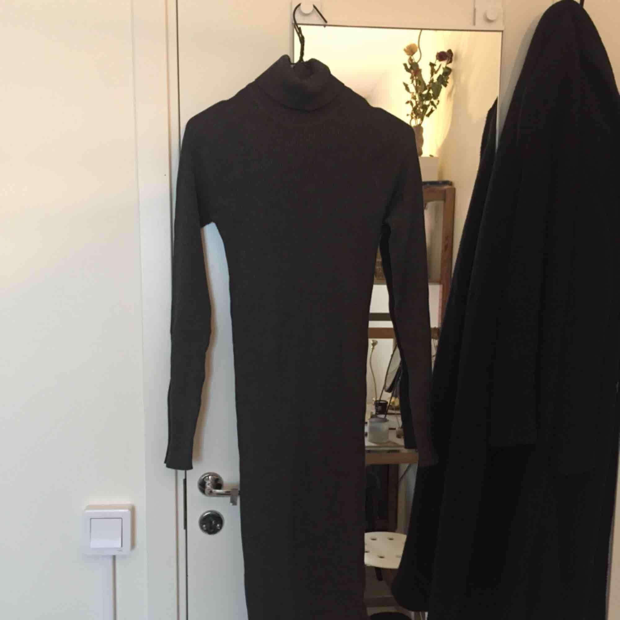 1bbdd1f37fdb ribbad mörkgrå klänning med polokrage från ginatricot. midi-längd..  Klänningar. ...