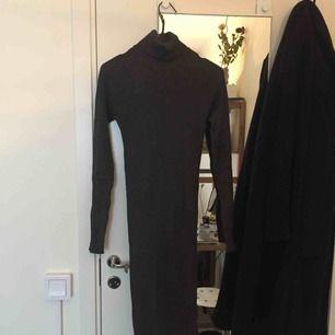 ribbad mörkgrå klänning med polokrage från ginatricot. midi-längd.
