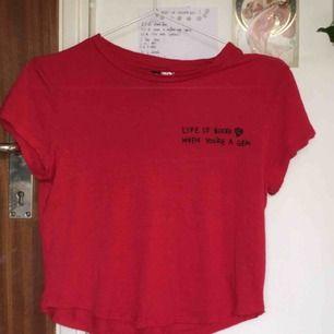 Söt röd tröja från HM med text på