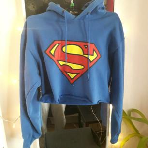 Varm hoodie med superman tryck.