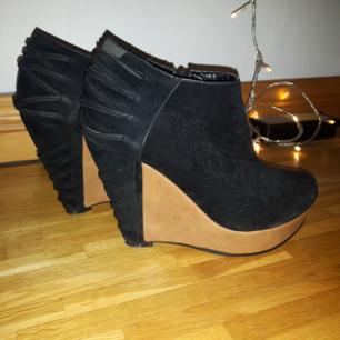 Fina höga skor, med kilklack.