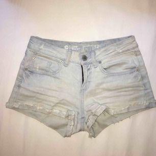 Ljusblåa lågmidjade jeansshorts. Använda men i fint skick