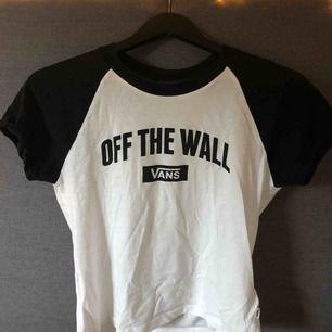 Vit och svart Vans T-shirt i storlek S. Köpt i somras för 260 kr. Sparsamt använd 🌻