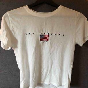 Vit T-shirt från Brandy Melville. Köpt i somras för 250 kr. Plagget är i one-size men passar mig som har S. Sparsamt använd 🌷