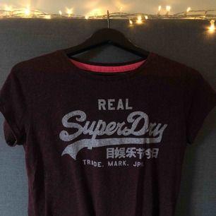 Röd T-shirt från Superdry i storlek S. Använd ett fåtal gånger 🌿