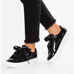 Sköna och snygga puma skor i lack-imitation. Använda ett fåtal gånger, men är tyvärr lite små för mig! Köpte dem för 1000kr, frakt kostar ca 80kr som köparen betalar!