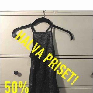 HALVA PRISET!    PERFEKT TILL NYÅR! :)  har XS o det passar perfekt!  Glittrig top/ linne. Aldrig använt pga. fel köp. Köparen står för frakt.