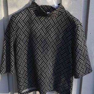 Zara. M. 150kr. Snygg croppad tröja med coolt mönster och ståkrage! Passar  M L 29c4f384bac9b