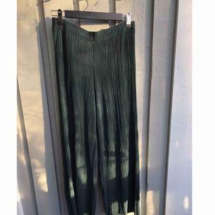 Står L men är som S/M i storlek. Oanvända plisserade gröna byxor.