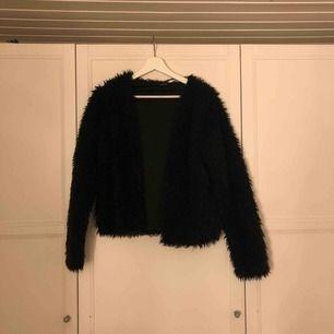 """Mysig """"jacka"""" från Gina. Är i large, men liten i storleken, small/medium. Köparen står för frakt."""