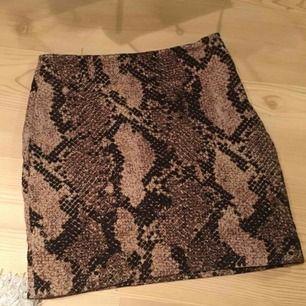 Suuuuper fin kjol med ormmönster på! Säljs då den är för liten! Riktigt trendig!