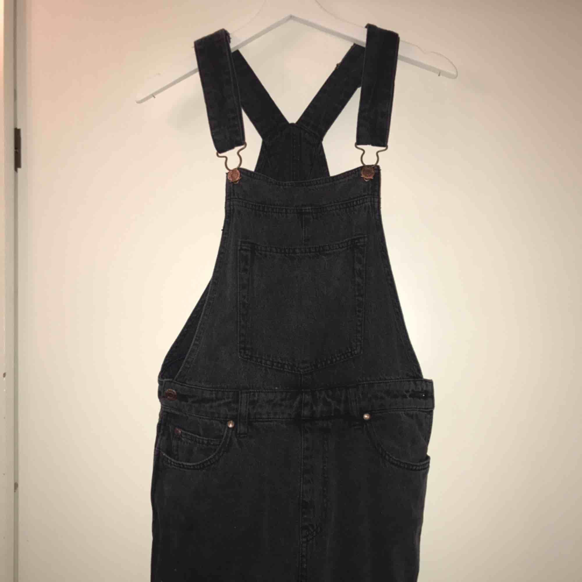 Hängselbyxor från drDenim, köpta på junkyard, gråsvarta, använda men fortfarande fina. Jättesnygga på!:) frakt tillkommer. Jeans & Byxor.