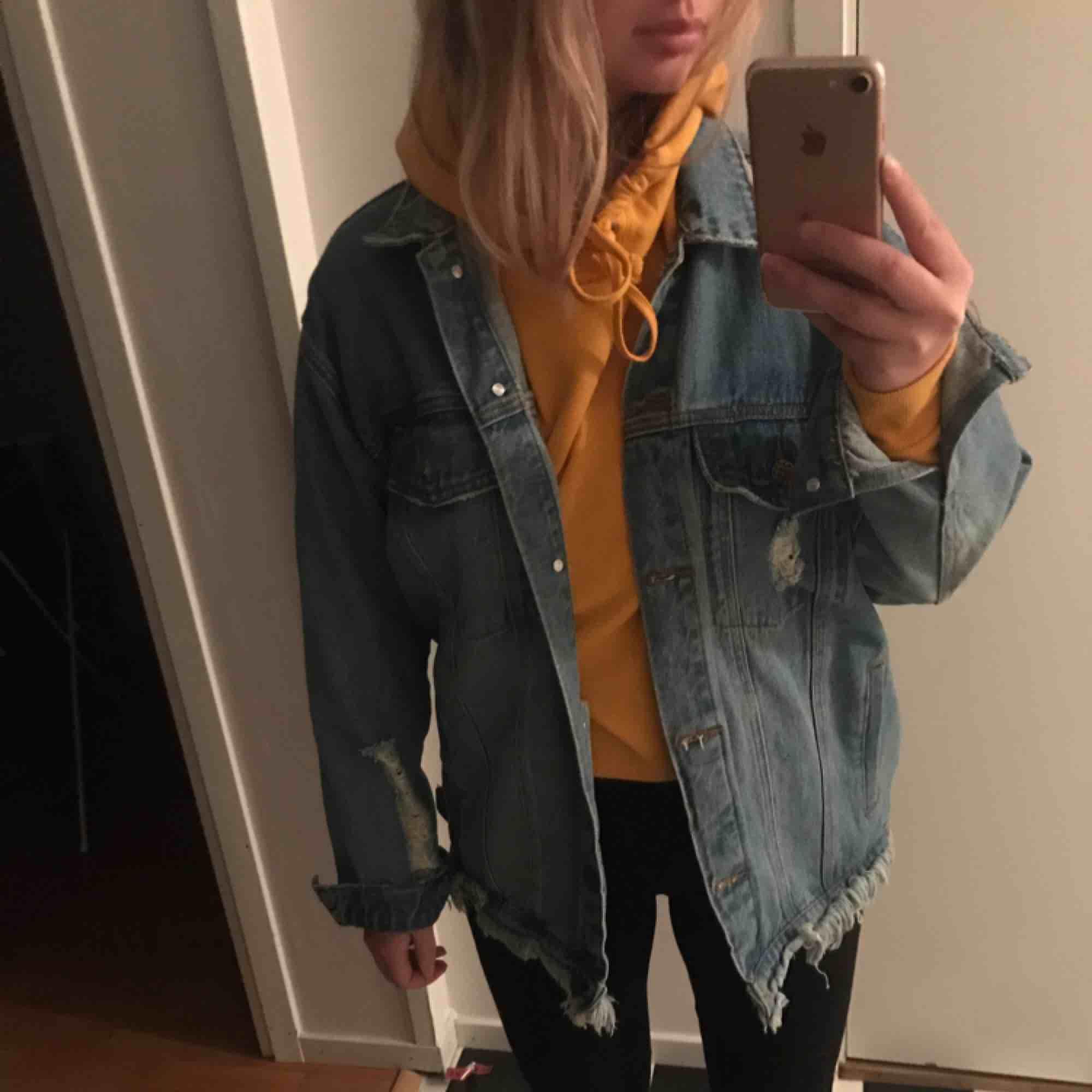 Fin jeansjacka från Junkyard, inte använd mycket, har lite slitdetaljer och fransad längst ner, jättesnygg! Säljes för att jag aldrig använder den:) frakt tillkommer!. Jackor.