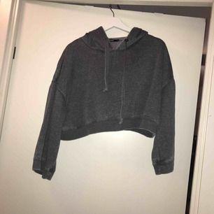 Kort hoodie, från bikbok, nästan aldrig använd, jättefin:) frakt tillkommer!