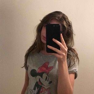 En tunn t-shirt med print av minnie mouse! Använd ett par gånger, passar för nattkläder också!