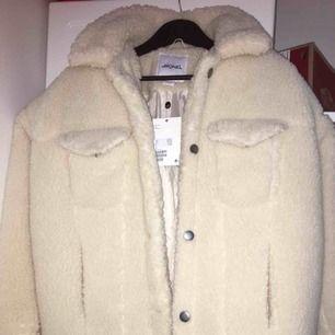 En beige jätte fin jacka från Monki. Precis köpt men aldrig använd pågrund av fel storlek.