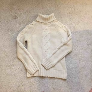 Mysigaste stickade tröjan från pålitliga märket Boomerang. ✨ Elegant och stilren. kolla gärna in mina andra annonser för samfrakt!