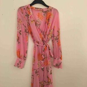 Fantastisk rosa blommönstrad klänning med knyt från BikBok, inköpt i år till sommaren men kom knappt till användning. Tyvärr, för man ser ut som en prinsessa i den 😊💗💃🏼 Den är fotsid på mig som är 1,67 m.