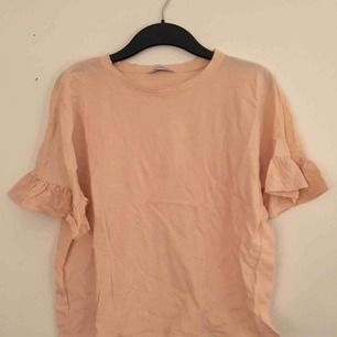 T-shirt med volang från Zara. Puderrosa. Lätt croppad.