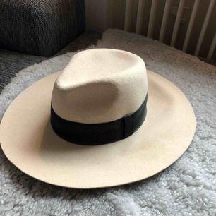 Beige snygg hatt från märket K. Cobler.