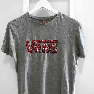 Snygg t-shirt med vans tryck (ej äkta vans)! Storlek S men jag skulle säga att den är mer som en M, men det beror ju på hur man vill att den ska sitta. Kan mötas upp i Västervik eller frakta!