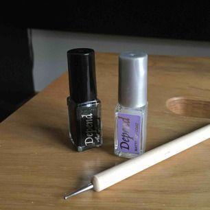 1)Svart nagellack som har en tunn pensel som kan skapa sträck.2)Nagellack som används som top coat. Fungerar till alla nagellack och gör en matt finish.3) Redskap som gör prickar i 2 olika storlekar. (Doppar i nagellack)100/allt 50kr/st 20kr/tool. OANVÄND