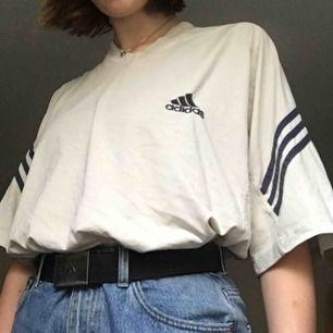 En benvit/beige-aktig adidas-tshirt. Snygg oversize, skitnajs!!