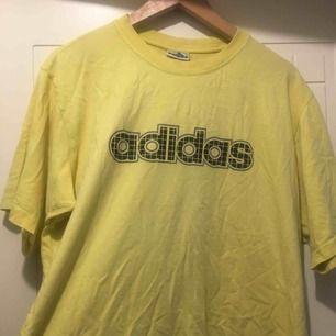 Adidas tahirt från second hand. Frakten är 30kr