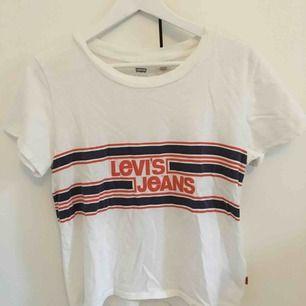 Levis t-shirt i vintage modell, lite kortare än de vanliga i passformen. Använd några gånger. Frakt är inräknat i priset :)
