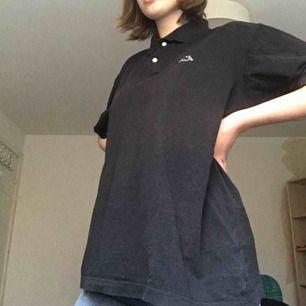 En oversized svart piké-tshirt från kappa😍😩 fett bra skick å skitsnygg!!
