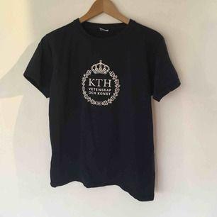 mörkblå t-shirt för dig som pluggar på kth eller vill låtsas som om du gör det. storleken är L, men den passar även dig som har midnre storlek beroende på vilken passform du vill ha. säljer massor (kmr mycket nytt i dagarna), mängdrabatt finnes!