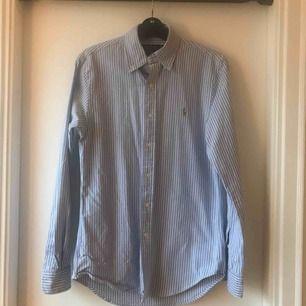 Skjorta från Ralph  Sparsamt använd i fint skick Hämtas upp eller skickas.  Köparen betalar frakt.