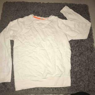 Vit sweatshirt från kvarn i bra skick✨ Är i Str S men passar M oxå Frakt ingår i priset+tar swish Kolla gärna in mina andra annonser oxå👚👖👟