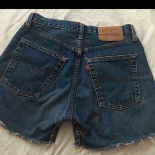 Högmidjade LEVIS shorts! Skulle säga att de passar folk i storlek xs/s, men beror hu helt på.  Köpta på second hand men i fint skick.  Möts upp i växjö eller postar!