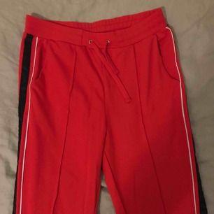 Röda striped bikbok byxor, använd max 3 gånger! Frakt: 40kr