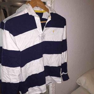 Ralp Lauren tröja köpt i London. Säljer då den inte kommer till användning. Köp genom swish. Kan mötas upp i Malmö/ Lund