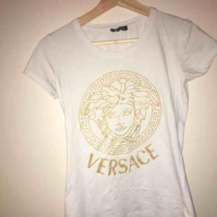 En super snygg Versace tröja, tror dock ej att den är äkta därav priset. Använd vid 2 tillfällen så i super fint skick! Det står att det är storlek L men den är liten i storleken och är mer som en XS/S/M (stretchigt tyg) JAG BJUDER PÅ FRAKT ❤️❤️