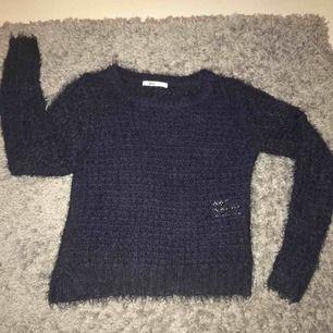 Marin blå mjukis tröja från ginatricot, sparsamt använd och i bra skick✨ Frakt ingår i priset+tar swish Kolla gärna in mina andra plagg oxå👚👖👟