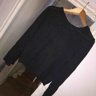"""Svårt stickad tröja med en """"öppen"""" rygg. Säljer då den inte kommer till användning. Köp genom swish. Kan mötas upp i Malmö/ Lund"""