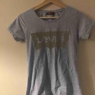 Levi's tröja, i storlek L men är mer som en S till M. Billig frakt. Vet ej om äkta men väldigt fint skick