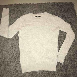 Grå kabel stickad tröja från ginatricot, använd fåtal gånger och i väldigt bra skick✨ Frakt ingår i priset+tar swish Kolla gärna in min andra plagg oxå👚👖👟