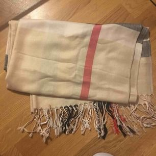 Inspireras Burberry sjal/halsduk i något tunnare material. 100% bomull. Oanvänd
