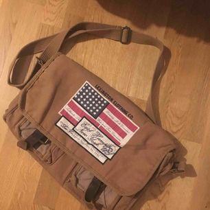 Lexington old school väska, väldigt unik med fina spännen. Den har fått lite stearin fläckar på insidan men inget man märker av.