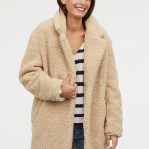 Oanvänd jacka från H&M, hängt i garderoben. Nypris 699kr. Skickar egna bilder vid intresse