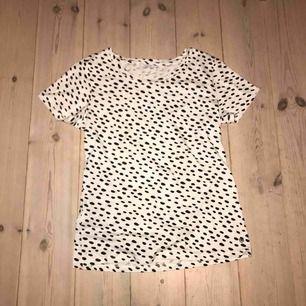 En söt prickig t-shirt som aldrig blivit använd då den är för liten,  Frakt tillkommer för 30kr