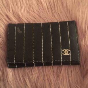 En chanel(fake)plånbok i heeeelt perfekt storlek med massor av fack!!! Lite som försvunnit av skinnet på framsidan tyvärr, 60kr och frakt ingår