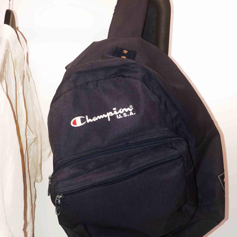 Snygg rymlig Champion-ryggsäck i fint begagnat skick. Hämtas helst men kan  skicka mot f6202a946613d