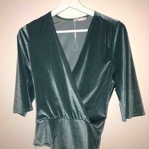 En grön sammets string body som aldrig är använd. Det är supersnygg och sitter så snyggt på. Säljer pga för liten stor storlek.
