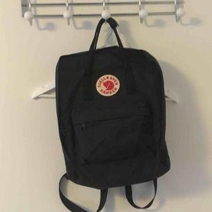 En svart kånken!!!! Nypris va 900kr! Använd sällan i ca 5 månader men är i ett perfekt skick förrutom lappen på insidan av väskan där lite trådar sticker ut🤪 har även slängt d lilla sittunderlaget som man får med när man köper väskan.