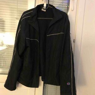 En jättesnygg svart jacka/windbreaker från Champion, stl.M. Inköptes på en liten 2handaffär i Tokyo i våras, tyvärr lite för liten för min smak (passar S-M).  Kan hämtas i gbg eller skickas om köparen betalar frakt!